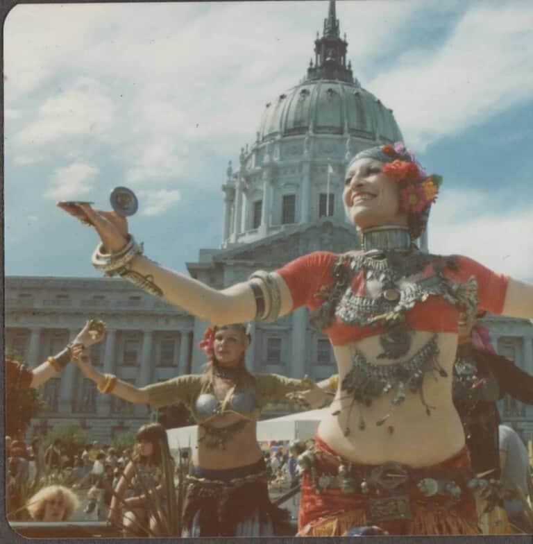 Masha Archer avec sa troupe devant l'hôtel de ville de San Francisco