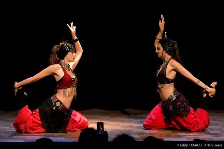 Deux danseuses face à face avec des sabre sur la tête