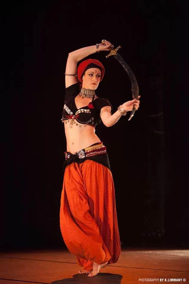 Isabelle sur scène danse avec un sabre