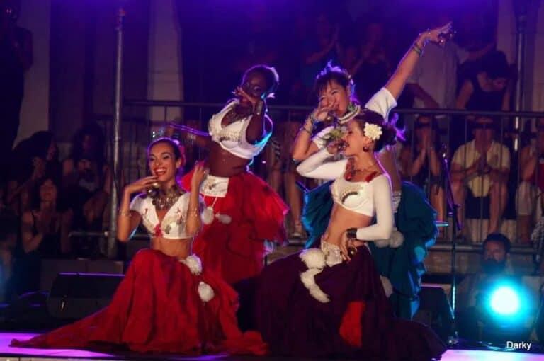 Danseuses sur scène font des youyous