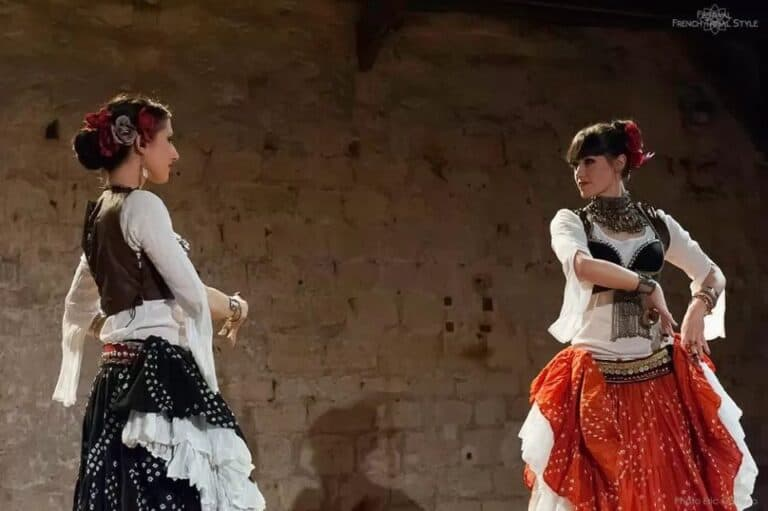 Deux danseuses en face à face