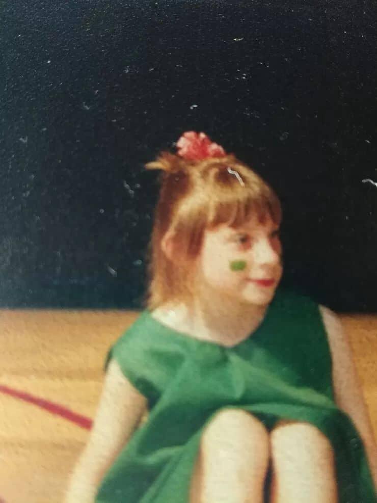 Photo enfant fleur dans les cheveux