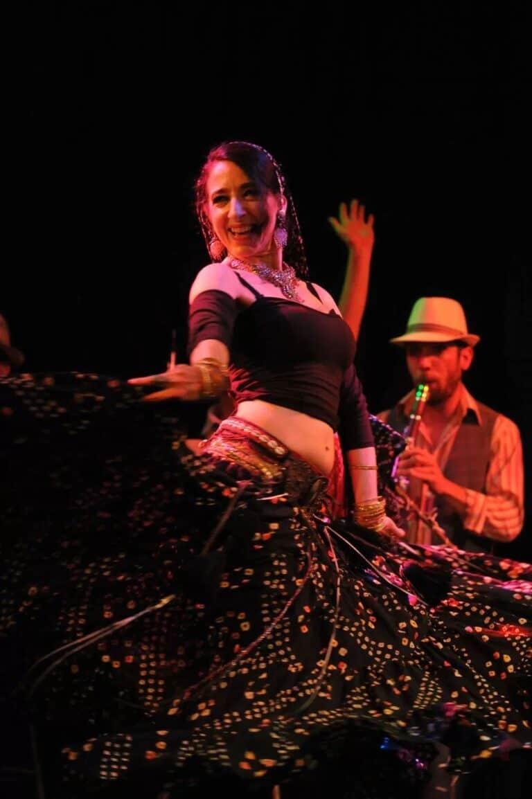 Danseuse souriante sur scène