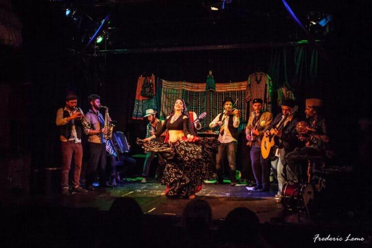 Danseuse sur scène avec musiciens autour