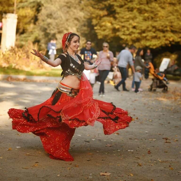 Danseuse dans un parc avec des passants