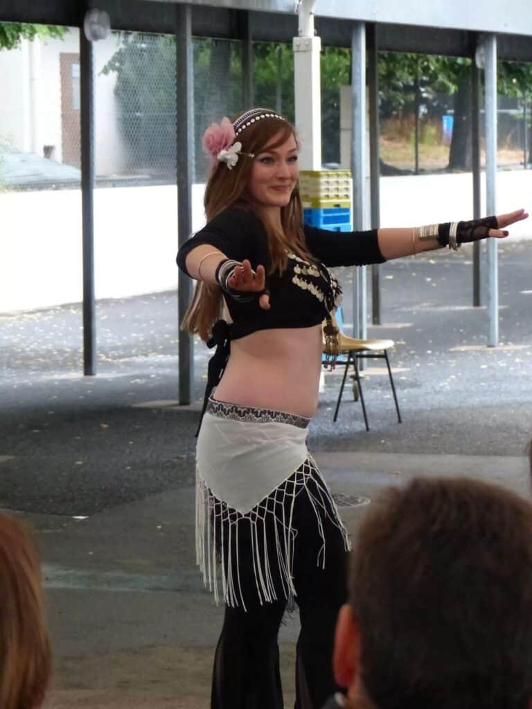 Photo de danseuse prise à travers le public
