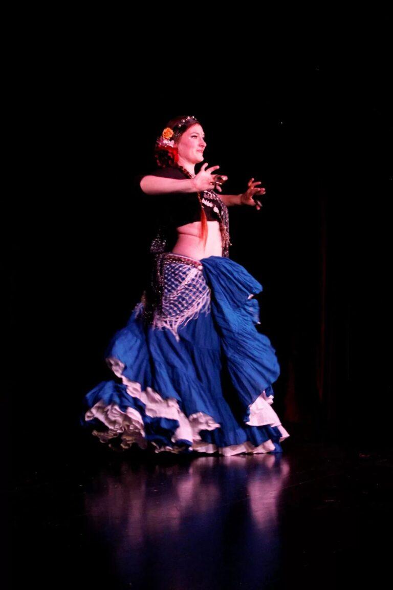 Danseuse sur scène avec une jupe bleue