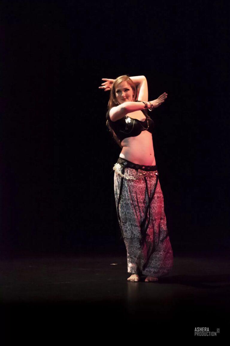 Danseuse en sarouel les bras autour de son visage