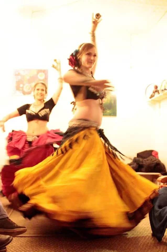 Deux danseuses qui tournent avec un effet de mouvement sur la photo
