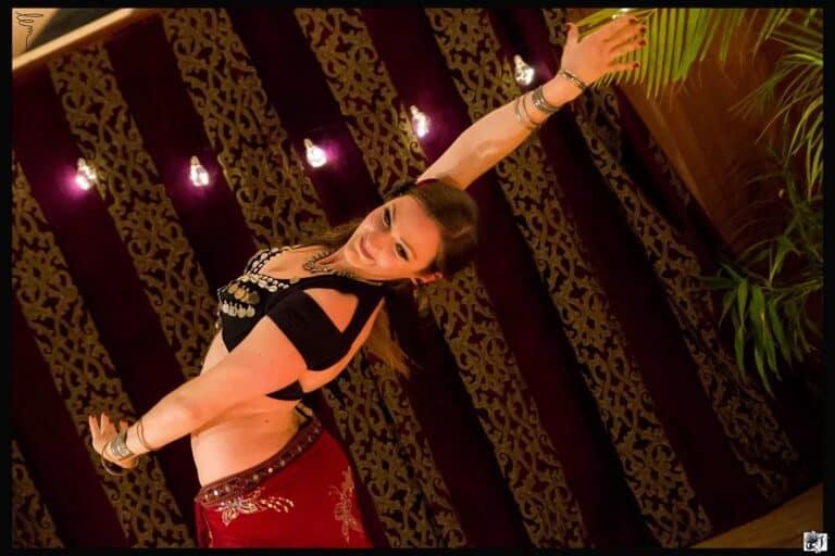 Photo d'une danseuse penchée en arrière