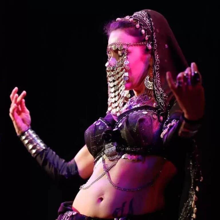 Danseuse avec des sequins sur le visage en guise de voile