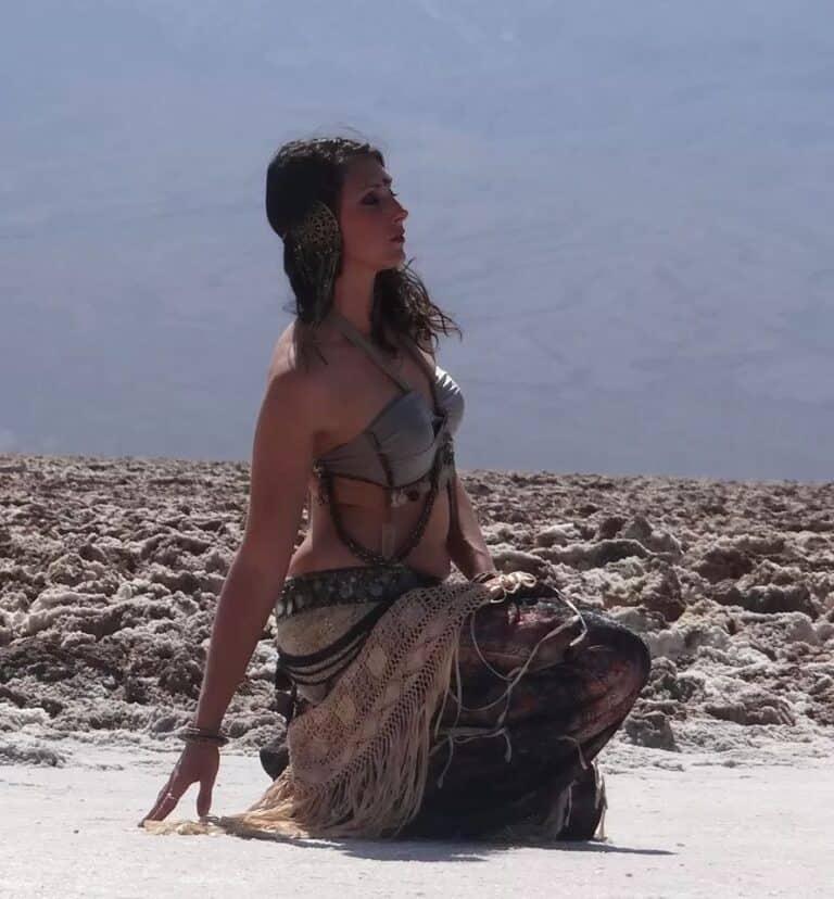 Danseuse assise sur le sable