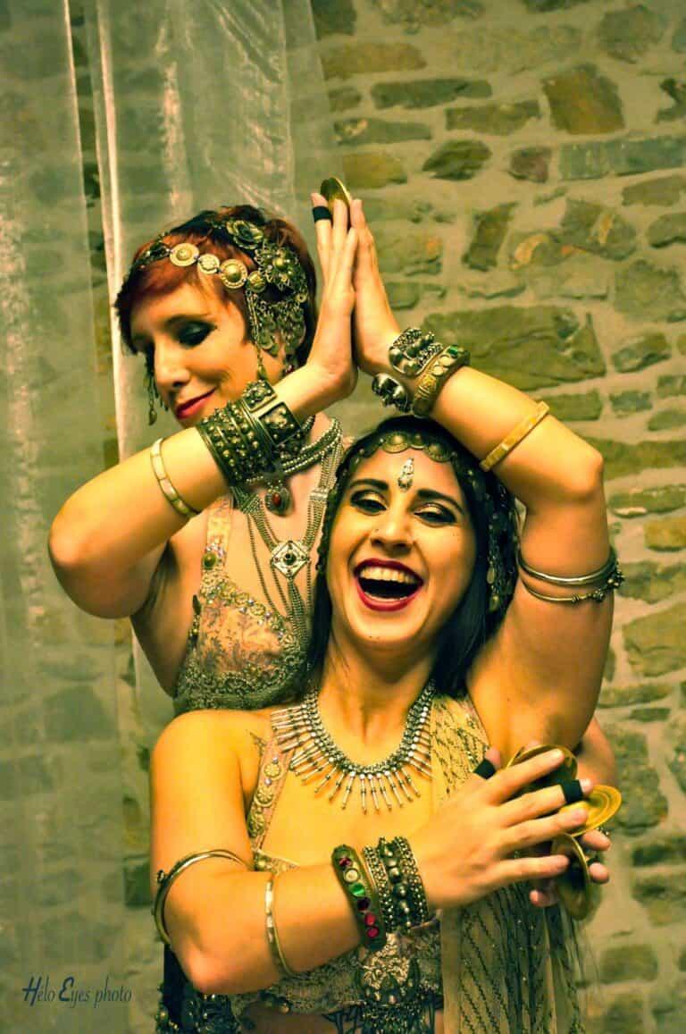 Deux danseuses avec sagattes et qui sourient