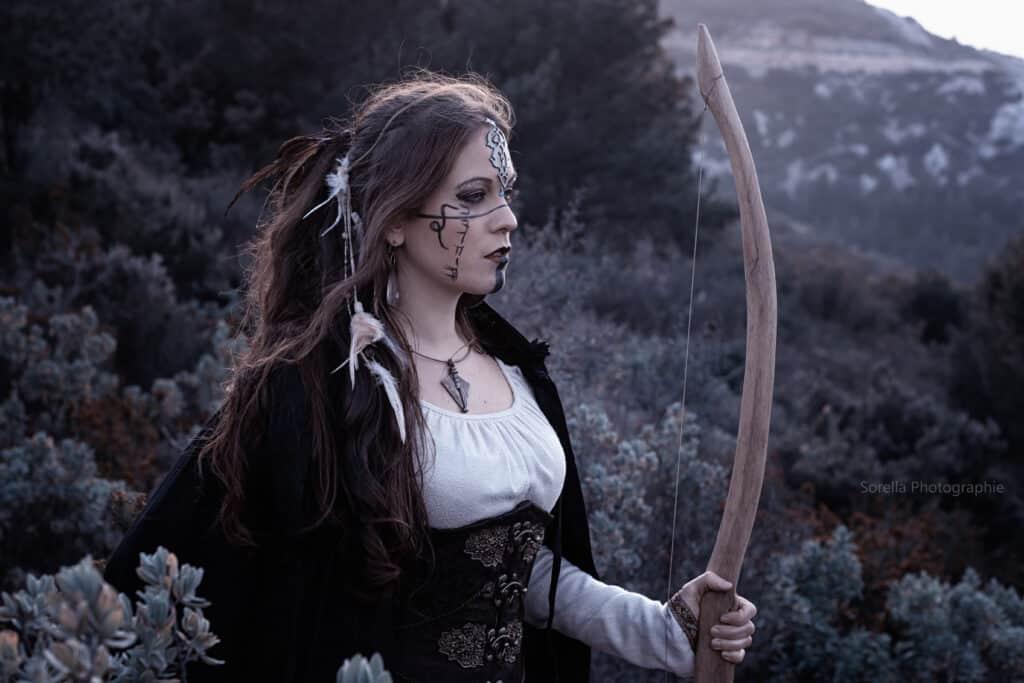 Femme avec un arc dans la nature