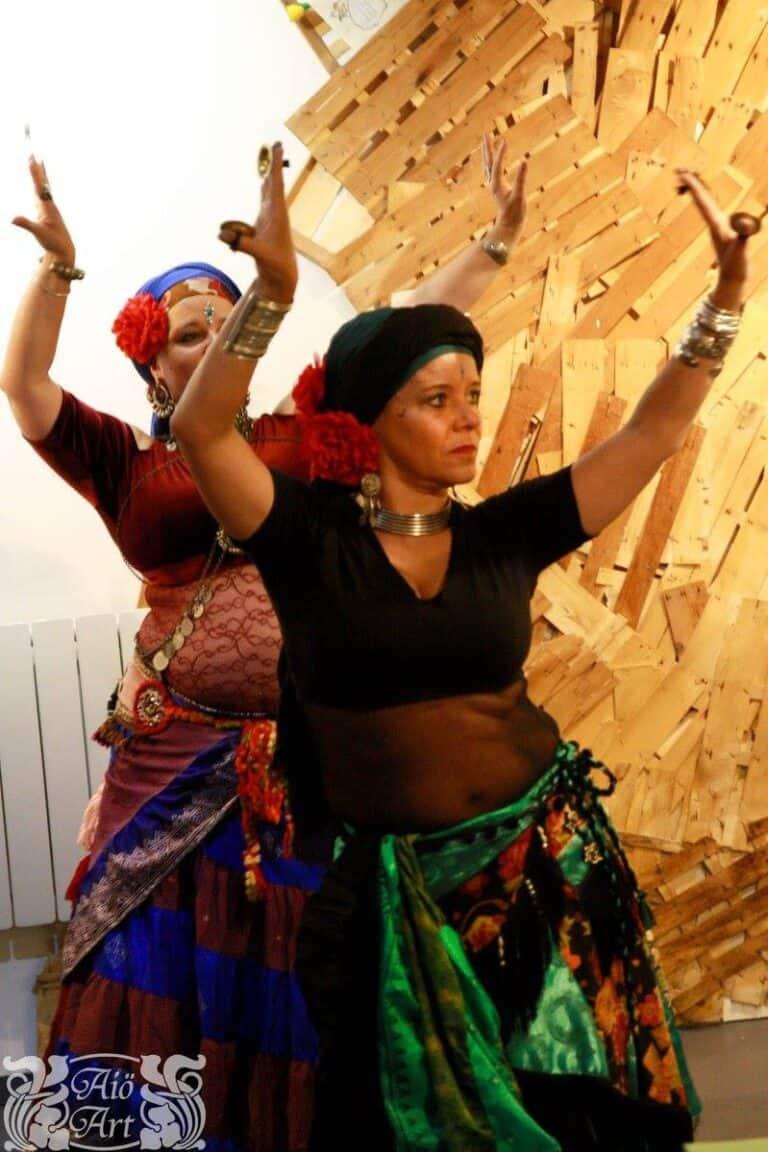 Deux danseuses les brase levés avec sagattes