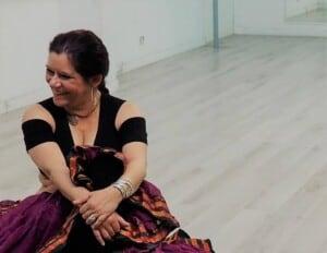 Danseuses assis au sol souriante