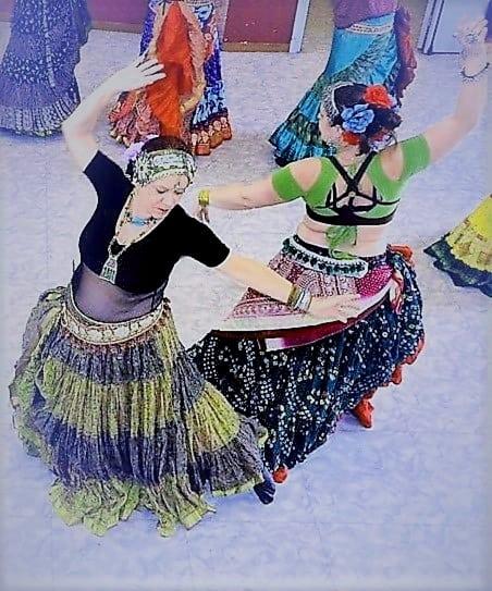 Deux danseuses dos à dos vues de haut