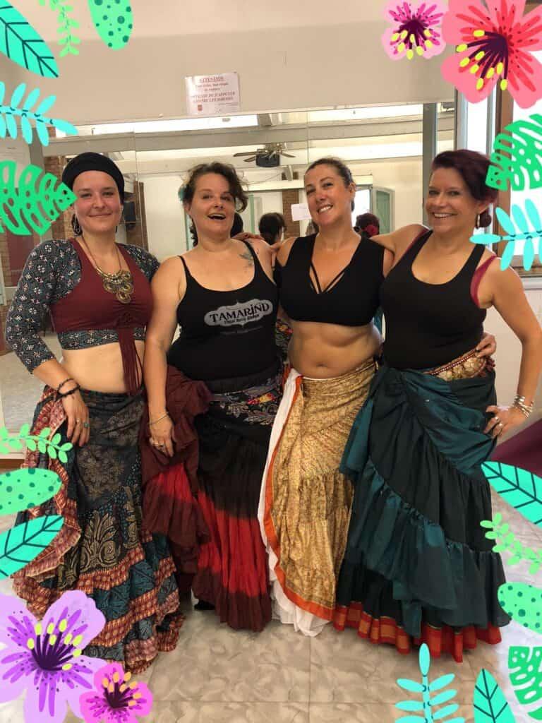 Groupe de 4 danseuses souriantes prennent la pose pendant des répétitions