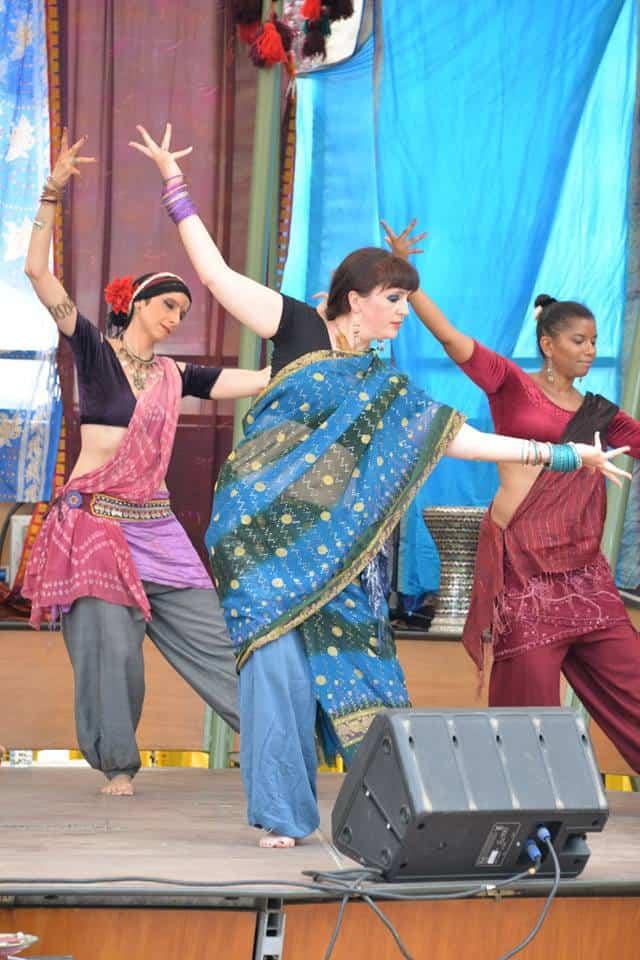 Trois danseuses sur scène en extérieur