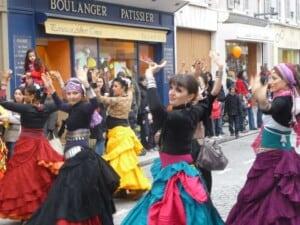 Danseuses déambulent en extérieur