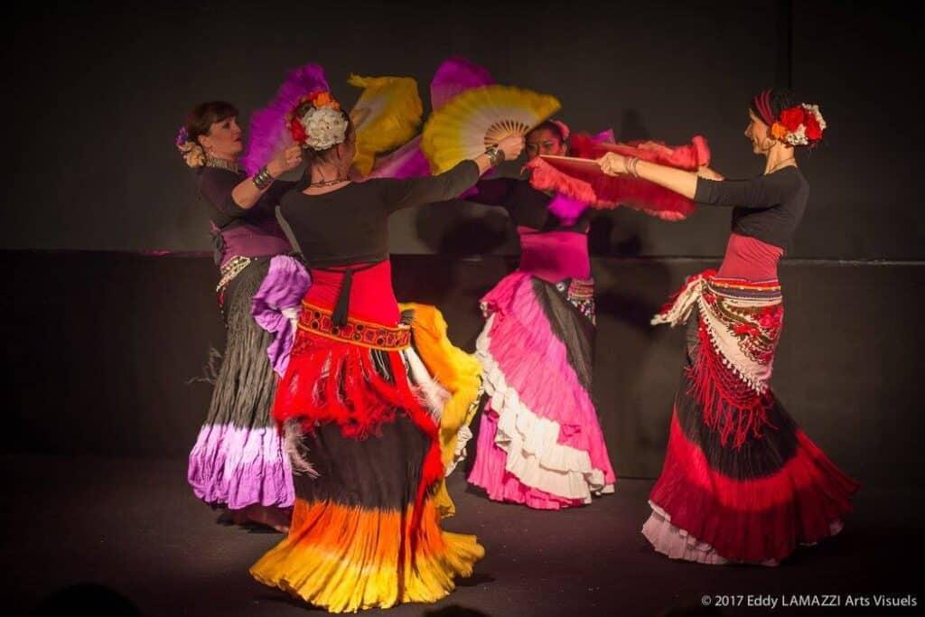 4 danseuses sur scène en ronde avec des éventails