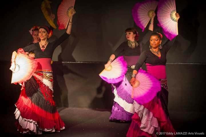 4 danseuses sur scène avec des éventails