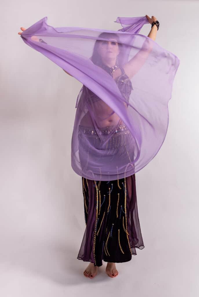 Danseuse en studio qui danse avec un voile