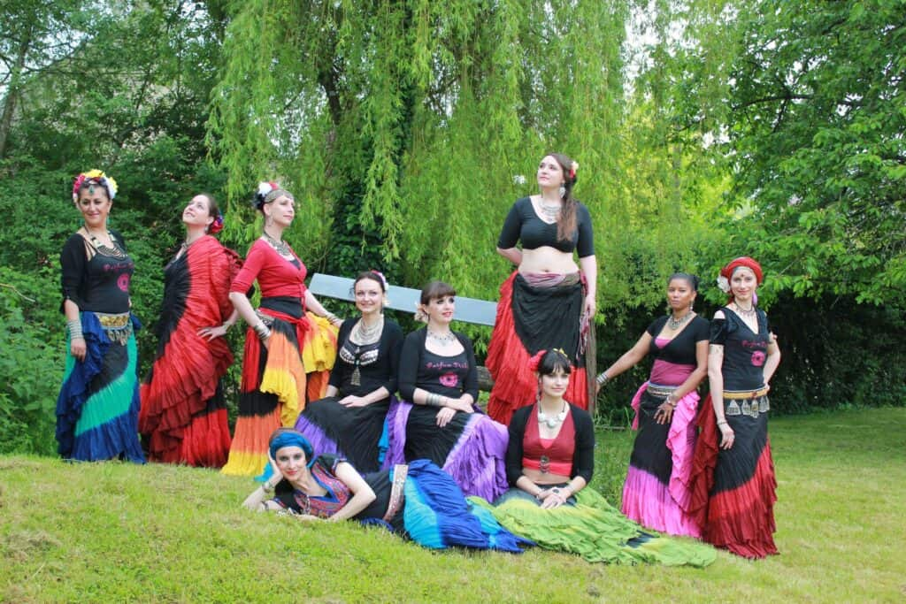 Groupe de danse qui prend la pose dans un parc