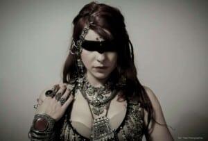 Danses prend la pose, couverte de bijoux et maquillage noir sur les yeux en forme de bandeau