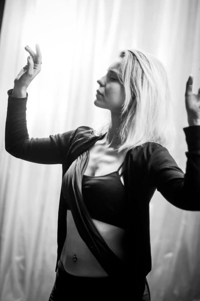 Danseuse prend la pose devant un fond blanc