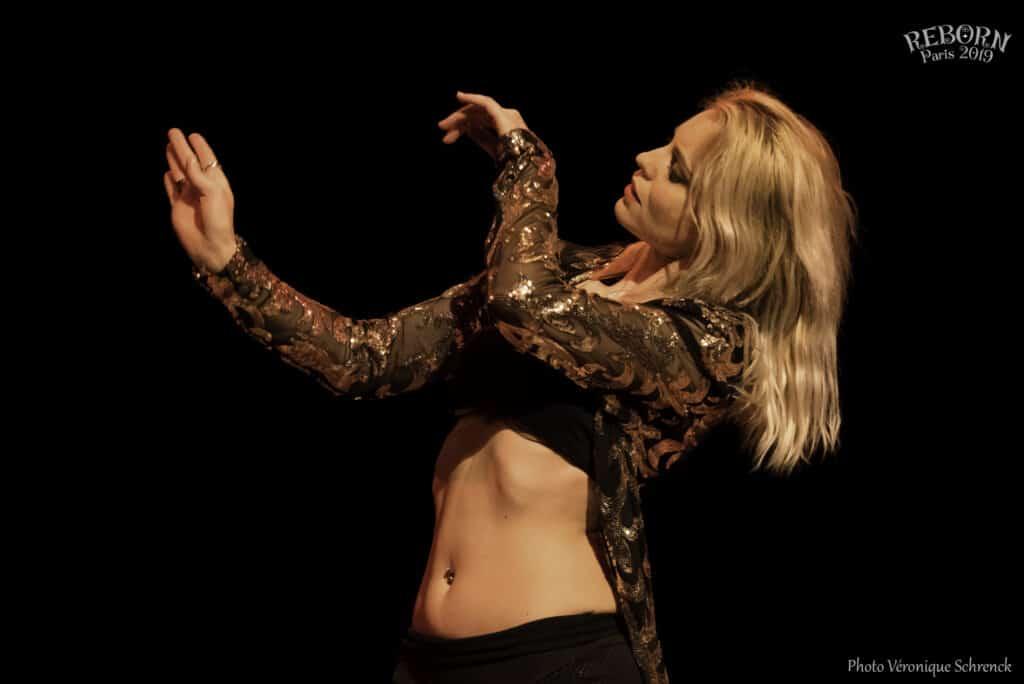 Danseuse sur scène, piercing au nombril