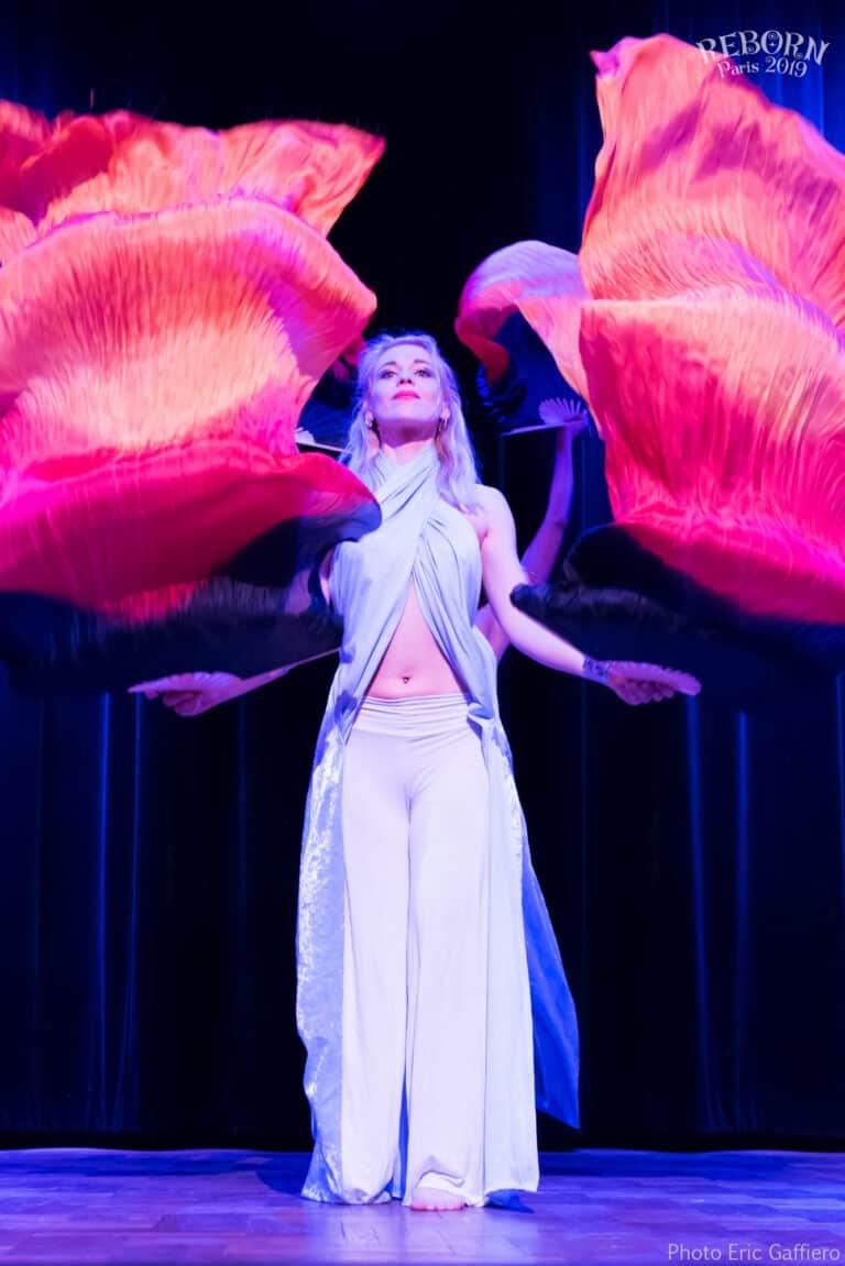 Danseuse sur scène, avec des drapeaux rouges