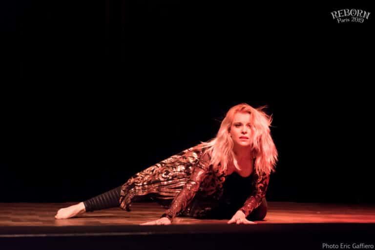 Danseuse sur scène avec eclairage rouge