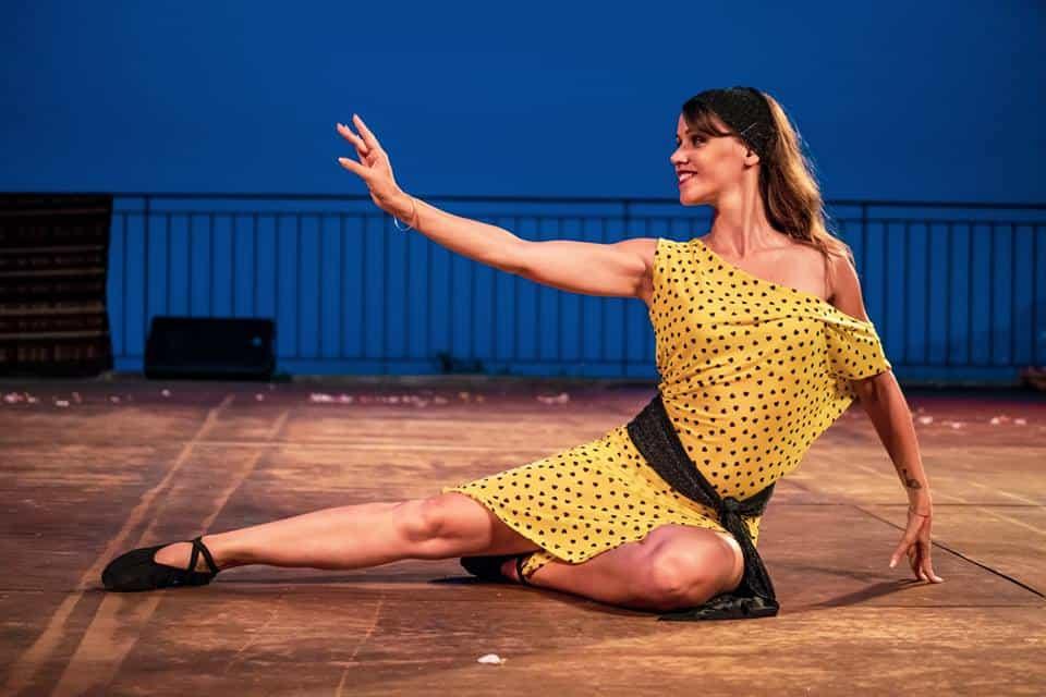 Danseuse sur un terrasse au sol avec une robe jaune