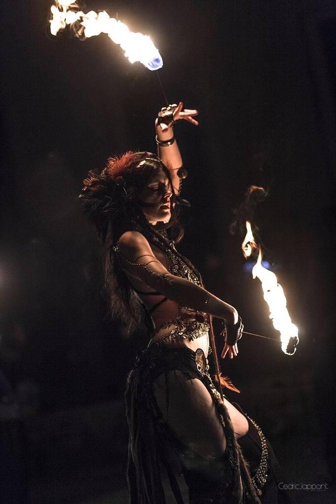 Danseuse avec des mains de feu