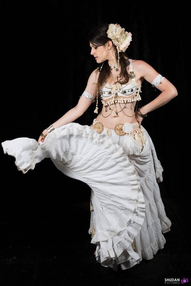 Danseuse habillée en blanc avec un mouvement de jupe