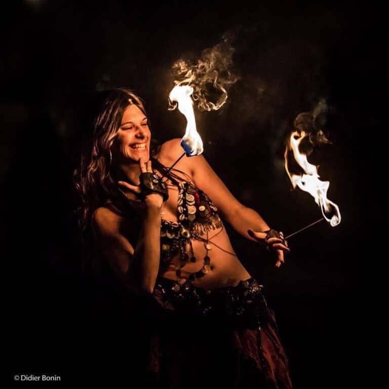 Danseuse avec des mains de feu qui rigole