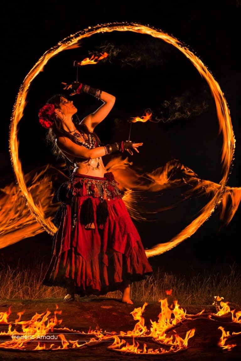 Danseuse habillée en rouge entourée de feu