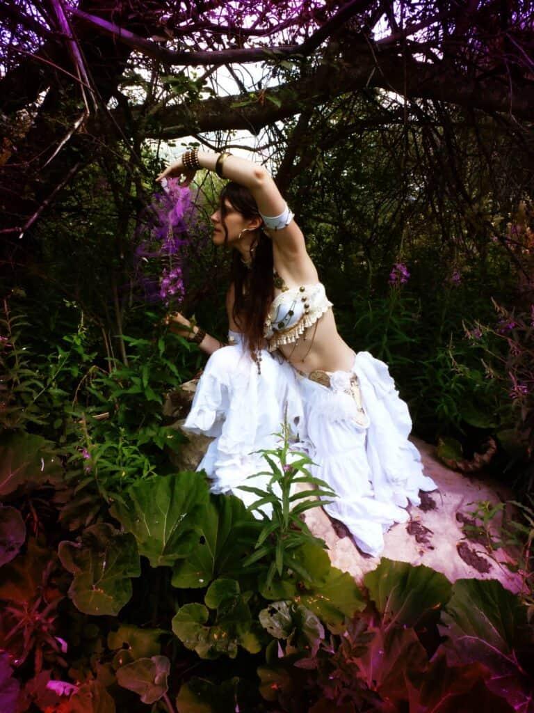 Femme habillée en blanc pose dans la nature
