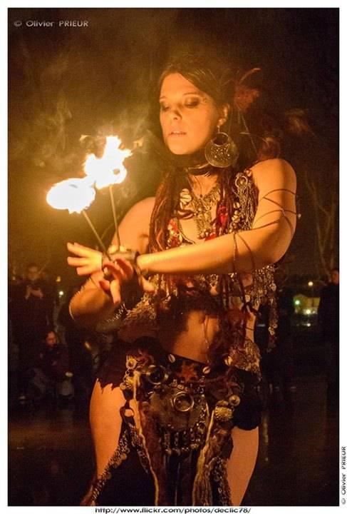Photo de danseuse avec des mains de feu
