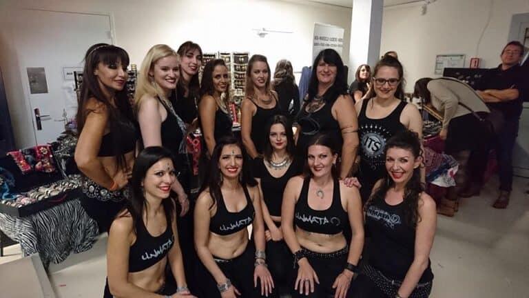 Groupe de danseuses qui prend la pose