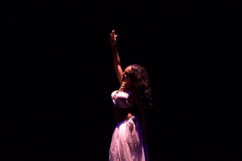 Photo claire obscur de danseuse sur scène