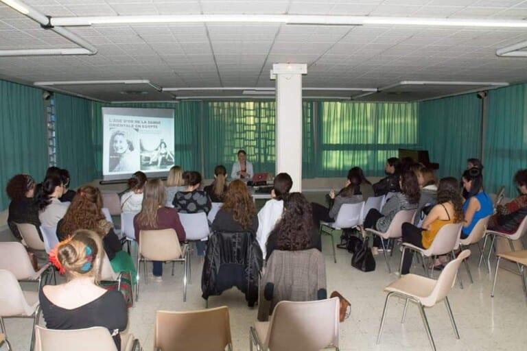 Conférence avec des auditrices assises sur des chaises