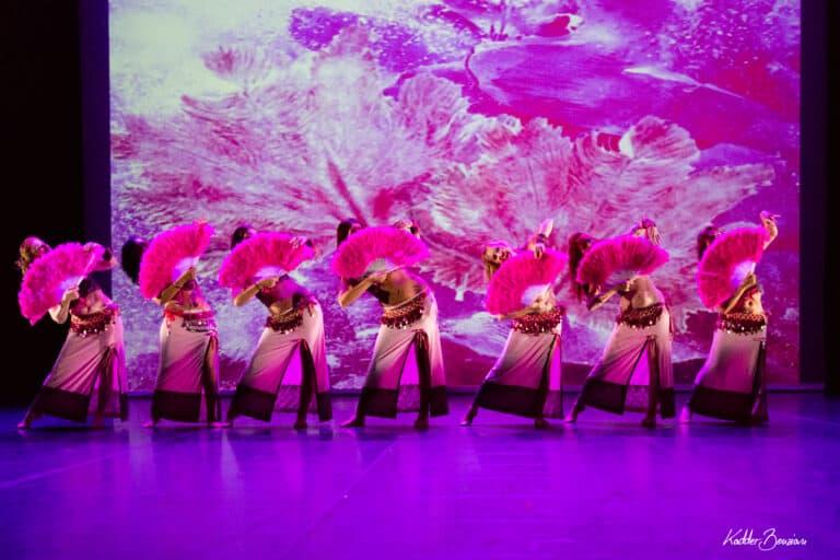 Danseuses avec éventails