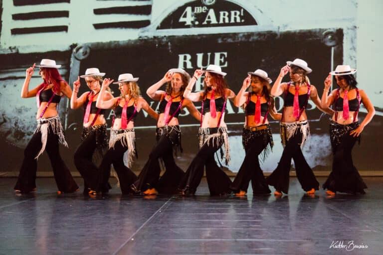 Danseuses en groupe sur scène