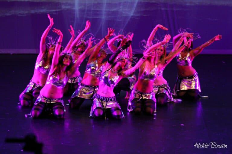 Danseuses en groupe à genoux sur scène