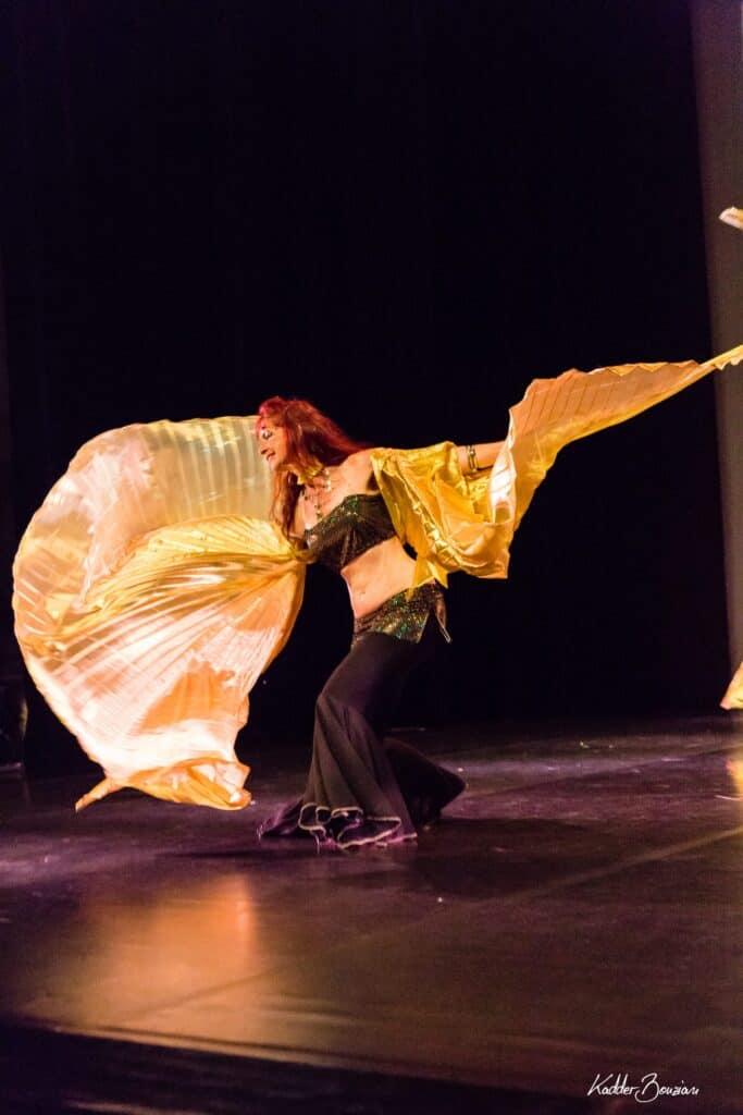 Danseuse avec ailes d'Isis sur scène