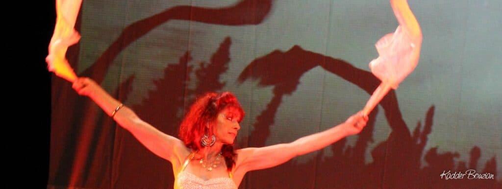Photo panoramique de danseuse avec des voiles