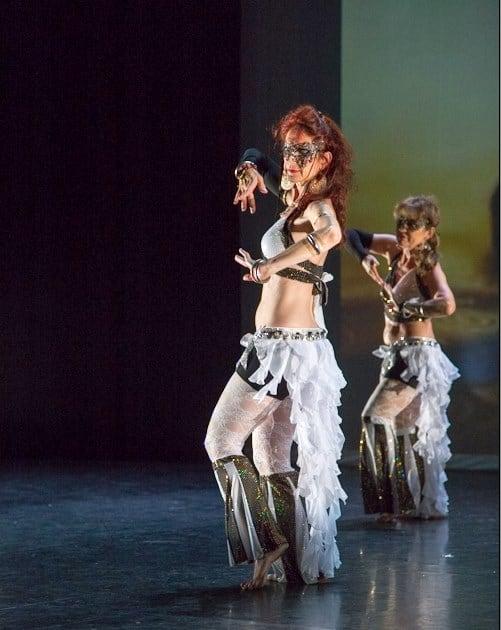 Danseuses sur scène habillées en blanc