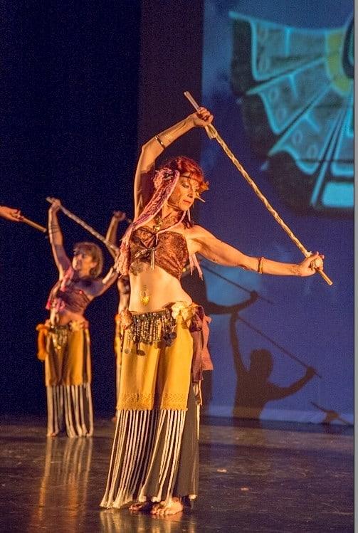Danseuses avec une canne sur scène